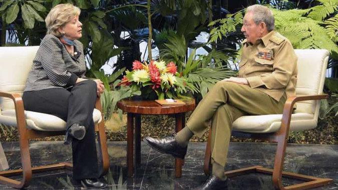 Foto de la Secretaria Ejecutiva de la CEPAL, Alicia Bárcena, junto al Presidente de Cuba, Raúl Castro.