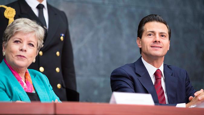 Alicia Bárcena, Secretaria Ejecutiva de la CEPAL (izquierda), y Enrique Peña Nieto, Presidente de México.