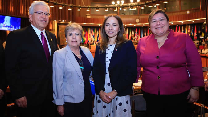 From left to right: Alicia Bárcena, ECLAC's Executive Secretary; Boris E. Utria, Operations Manager for Bolivia, Chile, Ecuador and Peru at the World Bank Group; Isabel Plá, Minister of Women and Gender Equity of Chile, and Nayda Almodóvar-Reteguis, World Bank Group Expert.