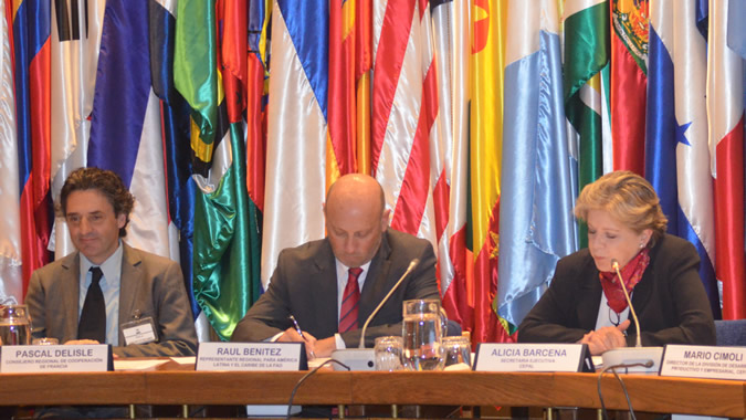 From left to right: Pascal Delisle, Regional Advisor for French Cooperation, Raúl Benítez, Regional Representative for Latin America and the Caribbean of the Food and Agriculture Organization of the United Nations (FAO) and Alicia Bárcena, ECLAC's Executive Secretary.