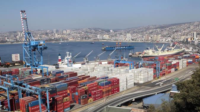 Puerto con contenedores