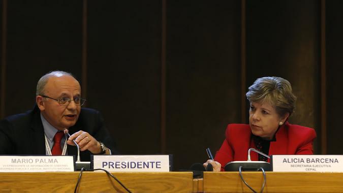 Alicia Bárcena, ECLAC's Executive Secretary and Mario Palma, Vice President of Mexico's National Statistics and Geography Institute (INEGI).