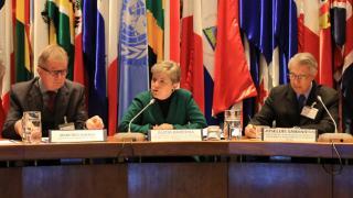 De izquierda a derecha, Manfred Haebig, Asesor Programa CEPAL-BMZ/giz, Alicia Bárcena, Secretaria Ejecutiva de la CEPAL, y Joseluis Samaniego, Director de la División de Desarrollo Sostenible y Asentamientos Humanos de la CEPAL.