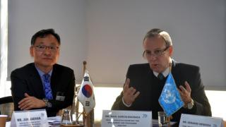 Jo Yung-joon, Director General for Latin American and Caribbean Affairs at the Ministry of Foreign Affairs of the Republic of Korea (on the left), and Raúl García-Buchaca, ECLAC's Deputy Executive Secretary for Management and Program Analysis.