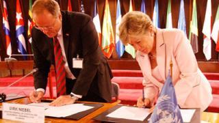 La Secretaria Ejecutiva de la CEPAL, Alicia Bárcena, y el Ministro Federal de Cooperación Económica y Desarrollo de Alemania, Dirk Niebel, firman un documento que reafirma la asociación estratégica entre ambas instituciones.