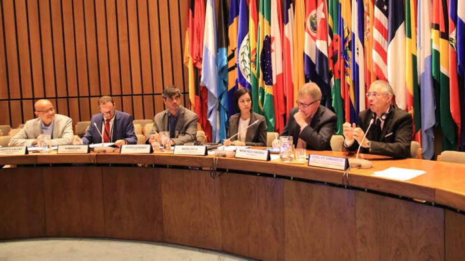 Panel de la reunión.