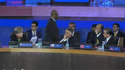 De izquierda a derecha, Alicia Bárcena, Secretaria Ejecutiva de la CEPAL; Edgardo Riveros, Subsecretario de Relaciones Exteriores de Chile, y Wang Yi, Ministro de Relaciones Exteriores de la República Popular China.