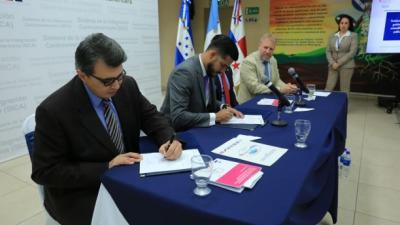 Firma proyecto SeCOSEFIN-CEPAL-Cooperaicón Suiza en el Salvador