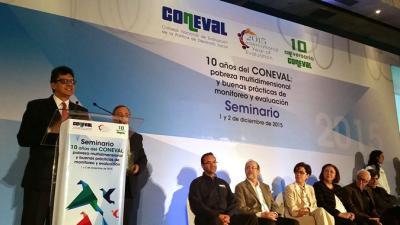 El Director del ILPES, Jorge Máttar, durante la entrega del reconocimiento del CONEVAL.
