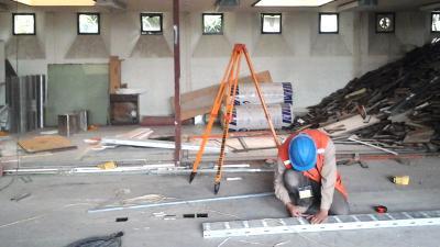 un trabajador de la construcción trabaja en el piso de una obra en construcción
