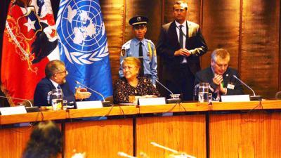 De izquierda a derecha: Mario Cimoli, Secretario Ejecutivo Adjunto (a.i.) de la CEPAL; Michelle Bachelet, Presidenta de Chile; y Mario Hamuy, Presidente del Consejo de la Comisión Nacional de Investigación Científica y Tecnológica de Chile (CONICYT).
