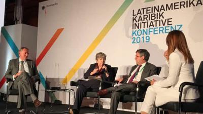 Alicia Bárcena (el centro), Secretaria Ejecutiva de la CEPAL, durante su presentación en la Conferencia América Latina y el Caribe, realizada en Berlín