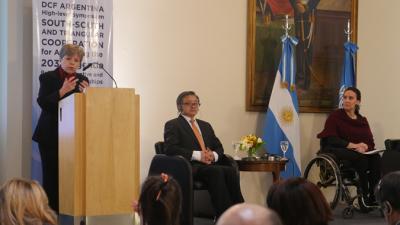 Alicia Bárcena (en el atril) junto al Secretario General Adjunto para Asuntos Económicos y Sociales de las Naciones Unidas, Liu Zhenmin, y la Vicepresidenta de Argentina, Gabriela Michetti.