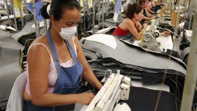 foto de una mujer trabajando en la maquila.