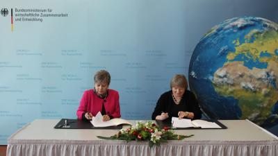 Imagen de la firma del acuerdo CEPAL-BMZ.