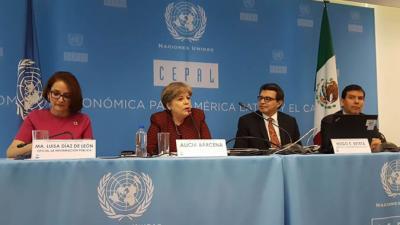 La Secretaria Ejecutiva de la CEPAL, Alicia Bárcena (al centro) durante la presentación del informe realizada en Ciudad de México