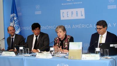 Alicia Bárcena (no centro), Secretária Executiva da CEPAL, durante a apresentação do relatório na Cidade do Mexico.