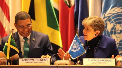 El Primer Ministro de Jamaica, Andrew Holness, junto a la Secretaria Ejecutiva de la CEPAL, Alicia Bárcena.