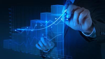 Hombre extendiendo una curva ascendente en un gráfico