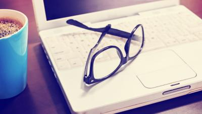 Imagen de lentes sobre un computador