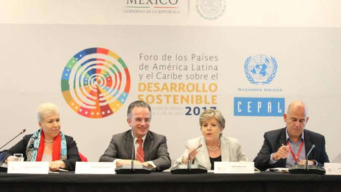 Imagen de la testera durante la reunión con la sociedad civil en el marco de la primera reunión del Foro de los Países de América Latina y el Caribe sobre el Desarrollo Sostenible.