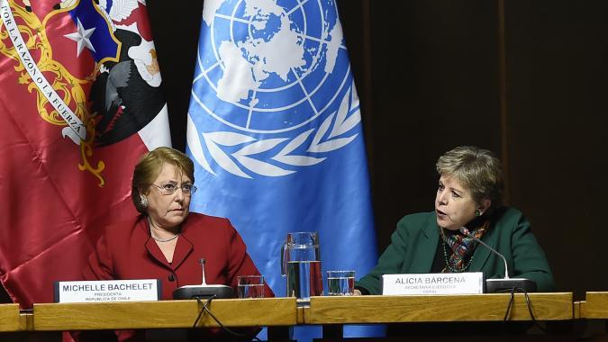 Michelle Bachelet, Presidenta de Chile (a la izquierda), y Alicia Bárcena, Secretaria Ejecutiva de la CEPAL, durante el seminario.