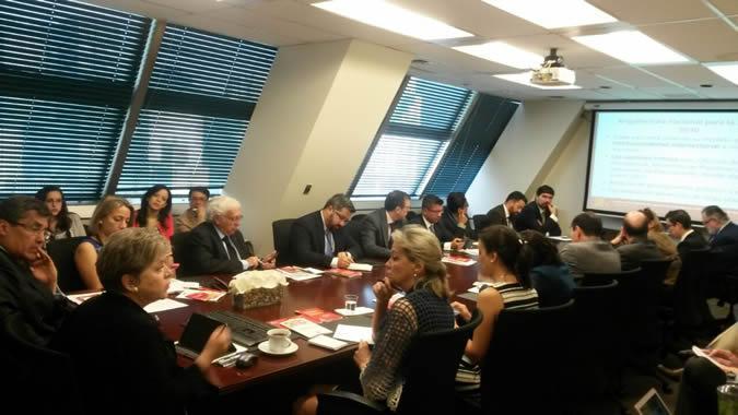 La Secretaria Ejecutiva de la CEPAL, Alicia Bárcena, en una reunión con embajadores ante la ONU.