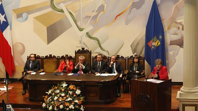 Alicia Bárcena, Secretaria Ejecutiva de la CEPAL, durante su conferencia magistral en la Universidad de Chile.