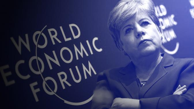 La Secretaria Ejecutiva de la CEPAL, Alicia Bárcena, con el logo del World Economic Forum.