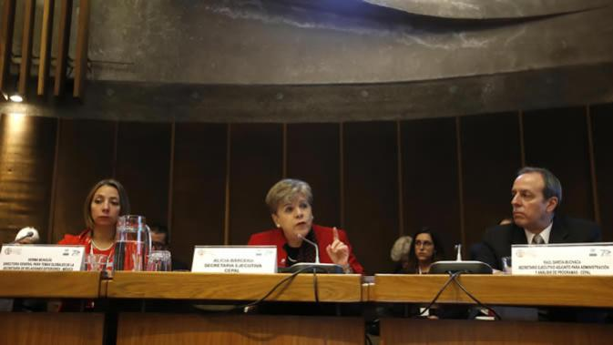From left to right, Norma Munguía, Director General for Global Affairs at Mexico's Foreign Affairs Secretariat; Alicia Bárcena, ECLAC's Executive Secretary, y Raúl García-Buchaca, Deputy Executive Secretary for Management and Programme Analysis.