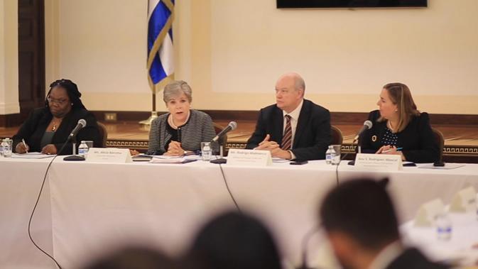 Alicia Bárcena (segunda desde la izquierda), Secretaria Ejecutiva de la CEPAL, durante la reunión en Nueva York con los representantes de los países de América Latina y el Caribe