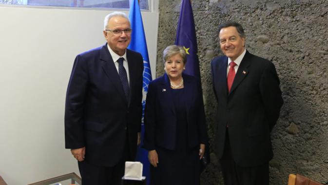Alicia Bárcena, Secretaria Ejecutiva de la CEPAL (alcentro), junto a Neven Mimica, Comisario de Cooperación Internacional y Desarrollo de la Unión Europea (izquierda), y Roberto Ampuero, Ministro de Relaciones Exteriores de Chile.
