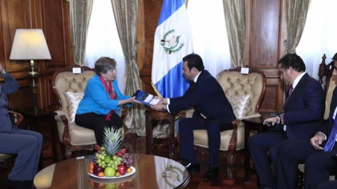La Secretaria Ejecutiva de la CEPAL, Alicia Bárcena, hace entrega al Presidente de Guatemala, Jimmy Morales, del Plan de Desarrollo Integral para Centroamérica y México.