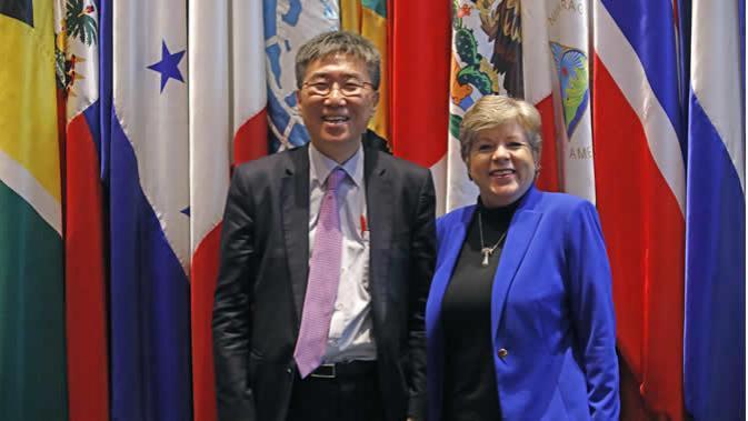 Ha-Joon Chang, economista y Profesor de la Universidad de Cambridge, y Alicia Bárcena, Secretaria Ejecutiva de la CEPAL.
