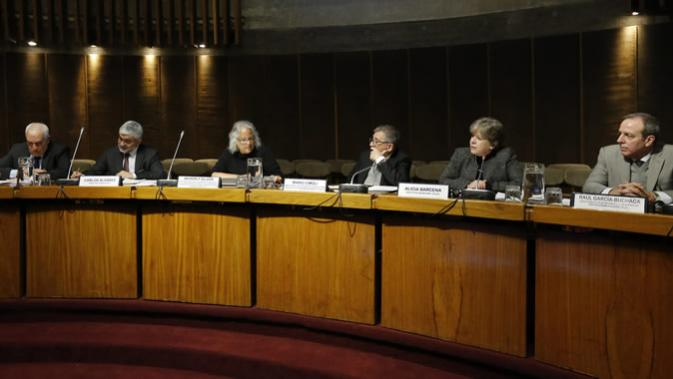 From left to right: Mario Báez, Chief of Policy and Oversight Coordination Service at UN; Carlos Álvarez, Director of InvestChile; Beverly Silver, Professor and Chair of the Department of Sociology at The Johns Hopkins University and Director of that same educational institution's Arrighi Center for Global Studies; Mario Cimoli, Director of ECLAC's Division of Production, Productivity and Management; Alicia Bárcena, ECLAC's Executive Secretary, and Raúl García-Buchaca, ECLAC's Deputy Executive Secretary for Administration and Programme Planning.