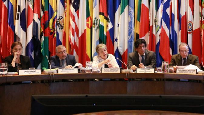 Alicia Bárcena, Secretaria Ejecutiva de la CEPAL (al centro), presenta en conferencia de prensa el informe Panorama Social de América Latina 2018.