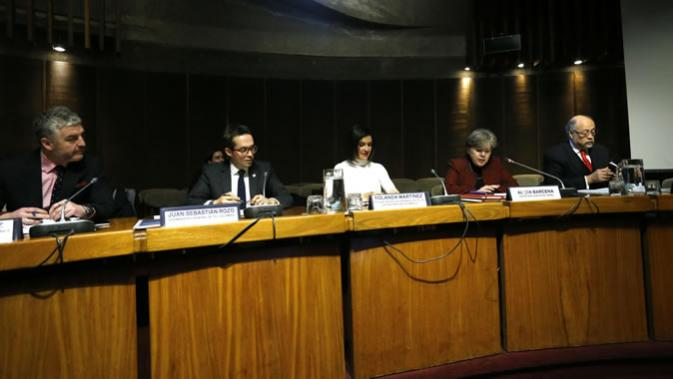 From left to right: Rodrigo Ramírez, Chile's Telecommunications Undersecretary; Juan Sebastián Rozo, Colombia's Deputy General Minister of ICTs; Yolanda Martínez, Chief of the Digital Government Unit of Mexico's Ministry of Public Administration; Alicia Bárcena, Executive Secretary of ECLAC, and Rubén Beltrán, Mexico's Ambassador to Chile.