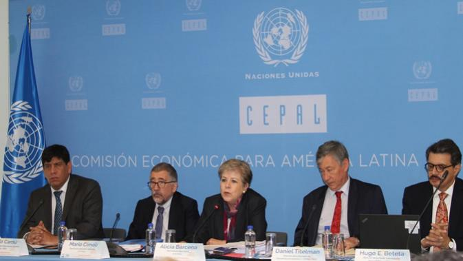 A Secretária Executiva da CEPAL, Alicia Bárcena (al centro) durante a apresentação do relatório na Cidade de México