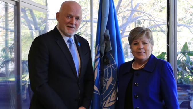 Peter Thomson, Enviado Especial del Secretario General de las Naciones Unidas para los Océanos, visitó la sede de la CEPAL en Santiago, Chile, donde se reunió con la Secretaria Ejecutiva del organismo, Alicia Bárcena