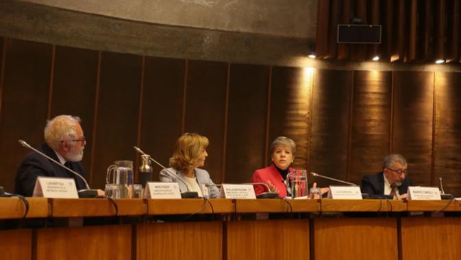 De izquierda a derecha: Mario Pezzini, Director del Centro de Desarrollo de la OCDE; Stella Zervoudaki, Embajadora y Jefa de la Delegación de la Unión Europea en Chile; Alicia Bárcena, Secretaria Ejecutiva de la CEPAL, y Mario Cimoli, Secretario Ejecutivo Adjunto de la CEPAL.