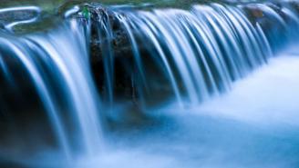 agua brotando de una vertiente