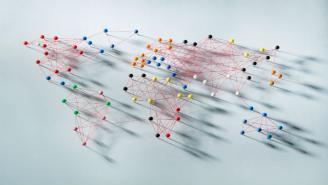Mapa del mundo compuesto de alfileres e hilo rojo