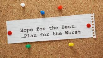 """Mensaje en boletín mural que dice en inglés """"Espera lo mejor, planifica para lo peor"""""""