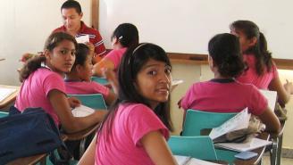 Niñas en sala de clase mirando hacia atrás de la sala