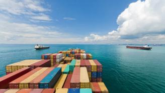 Imagen de un barco cargado de containers en el mar