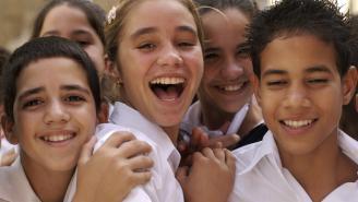 Niños en uniforme escolar ríendo