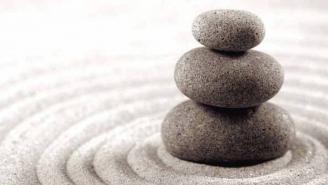 Piedras apiladas en un jardín zen