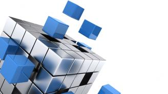 Cubo tipo roubik plateado con cubos m[as pequeños desacoplandose