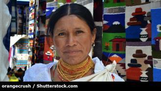 Mujer con un tejido indigena como fondo