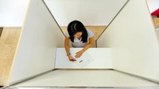 Mujer en cabina de votación